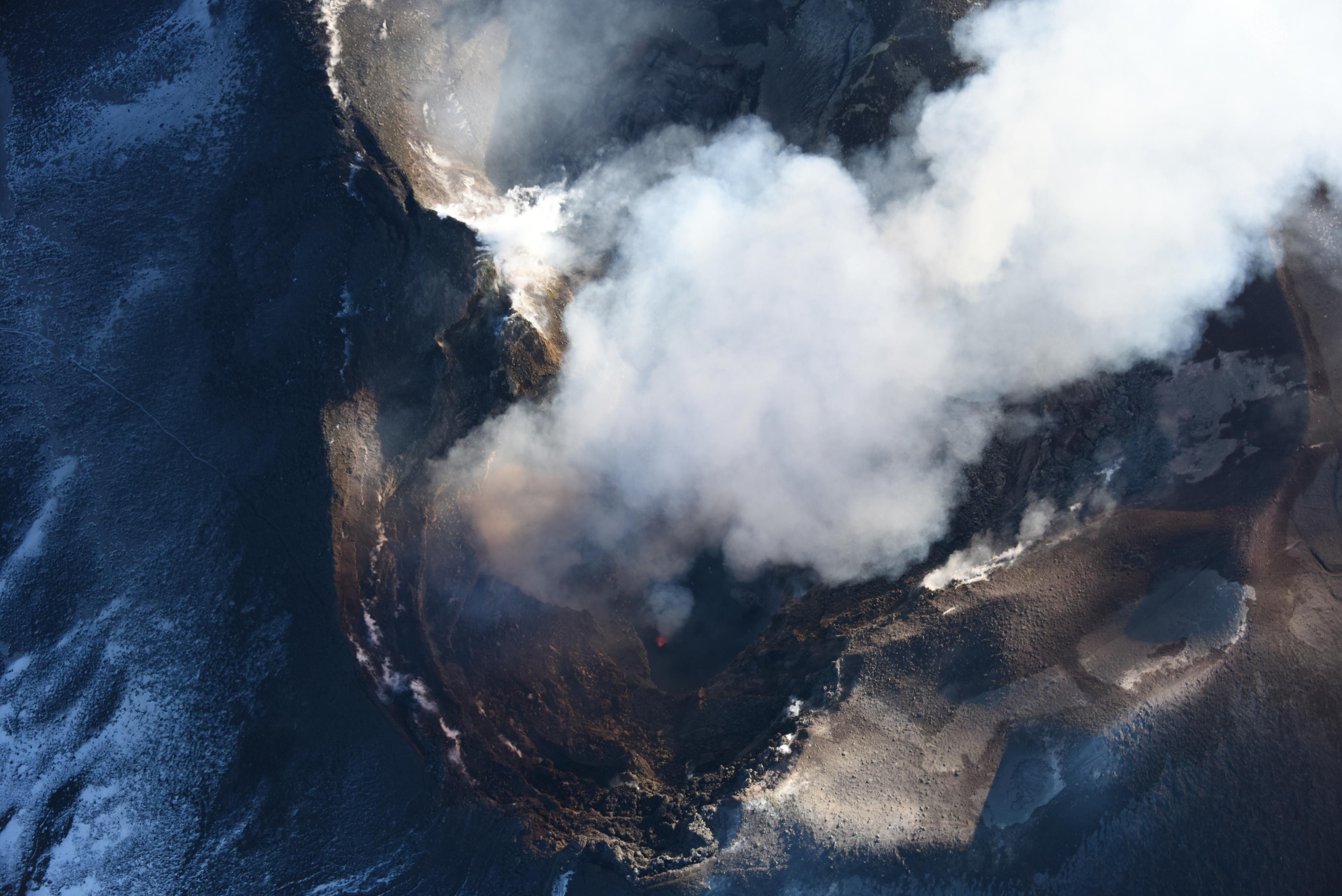 Bocca Nuova con attività stromboliana sul fondo craterico.jpg